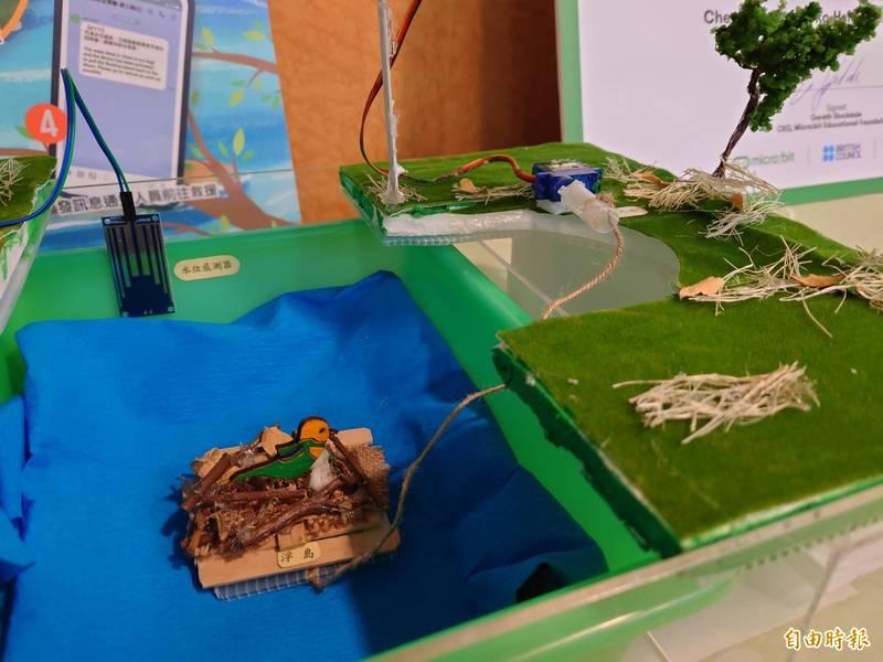 小朋友發揮創作力,「鳥巢守護者」透過水位感測器和伺服馬達保護鳥巢不被河川急流暴雨衝走。(記者洪瑞琴攝)