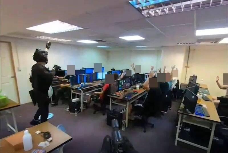 金門刑大會同刑事局、台中、苗栗縣等警方,在台中一處科技大樓的辦公室搗獲賭博網站。(金門刑大提供)