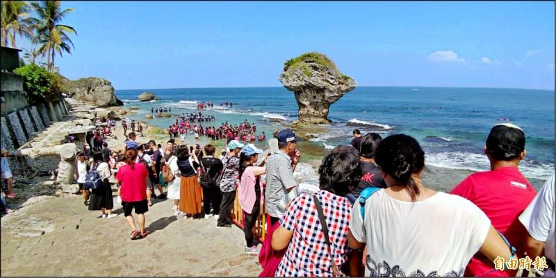 屏東離島小琉球雙十連續假期週六的訂房率已接近9成,小琉球這個週末終於可望再迎來破萬登島人潮。(記者陳彥廷攝)