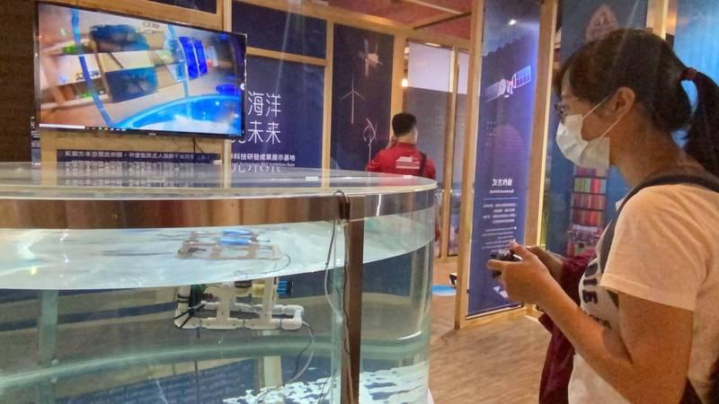 民眾操控機器人在水下作業(海科館提供)