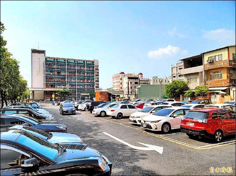 人潮湧入屏東市區購物,停車位一位難求。(記者葉永騫攝)
