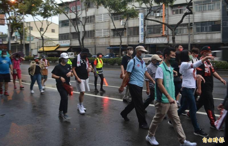 陳柏惟(右一)和支持者,一早6點在毛毛細雨中從烏日出發,將一路走往霧峰。(記者陳建志攝)