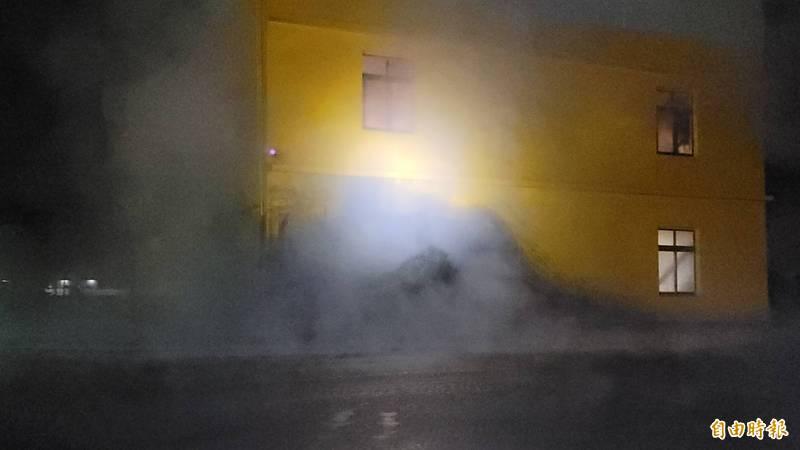 萬丹泥火山爆發,泥漿噴發5公尺高,現場煙霧瀰漫。(記者葉永騫攝)