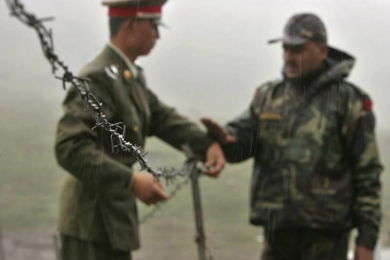 中國與印度邊境衝突不斷,外媒認為雙方邊境可能較台海更率先失控。圖為印中邊境雙方士兵。(美聯社檔案照)