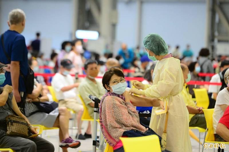 第11輪武漢肺疫苗預約已於今日下午6點截止,根據中央流行疫情指揮中心統計,共180萬人預約。(記者王藝菘攝)
