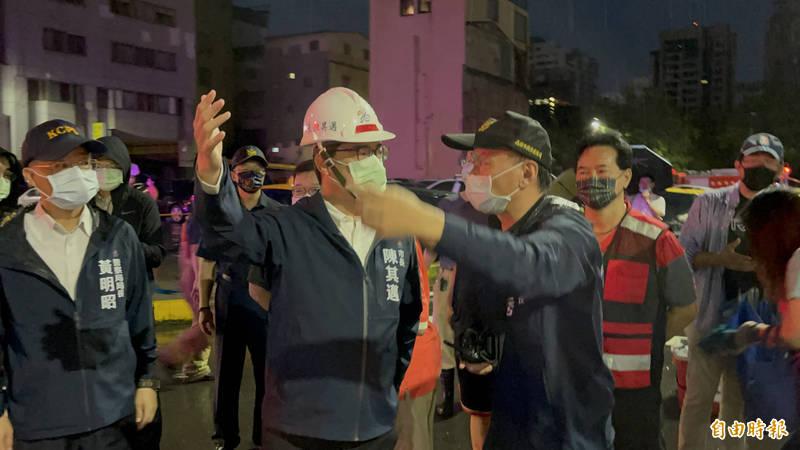 高市40年老舊閒置商場、戲院大火,市府發布緊急新聞稿說明已救出22人,市長陳其邁清晨趕到現場指示警、消人員全力滅火救人。(記者黃良傑攝)