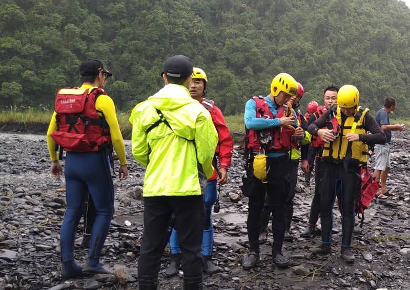 石門溪13民遊客受困,但因溪水湍急,地面救災人員無法接觸。(記者林敬倫翻攝)