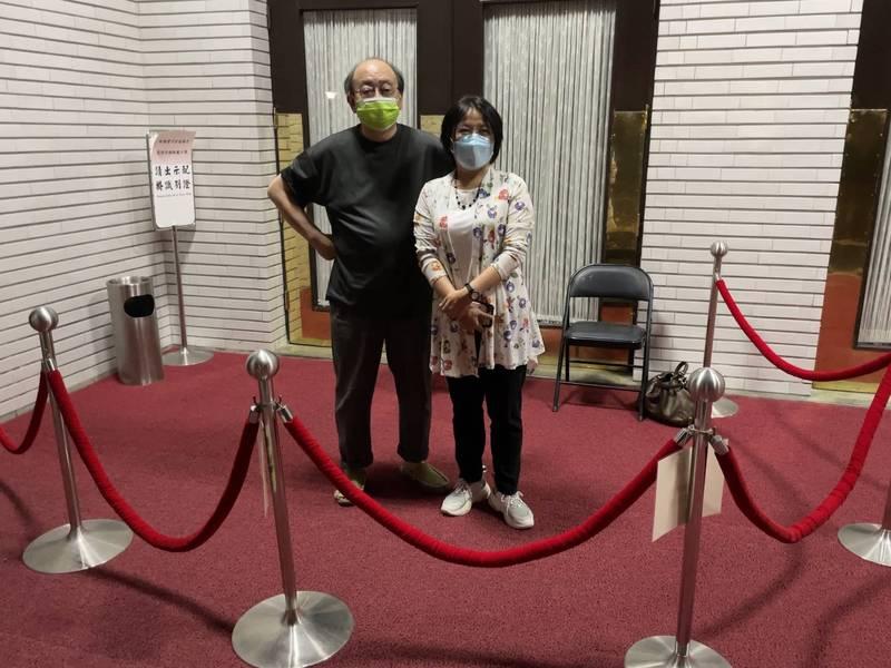 民進黨團總召柯建銘(左)和幹事長劉世芳(右)昨天晚上就排第一班守議場大門。(取自柯建銘臉書)