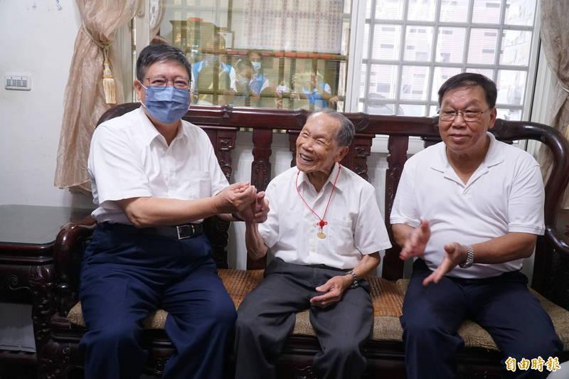 今天(14日)是重陽節,新竹縣共有80位百歲人瑞,縣長楊文科(左)逐一走訪祝賀,百歲公卓阿源(中)笑口常開,總是保持愉快的心情!(記者廖雪茹攝)