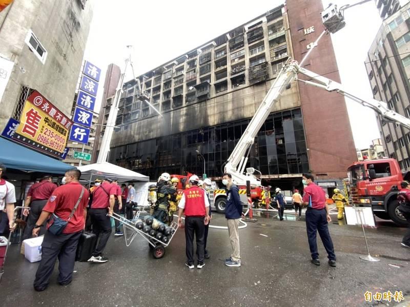 消防人員持續在火警現場搜救。(記者洪臣宏攝)