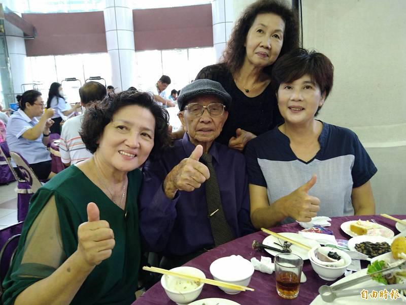南市百歲人瑞莊枝安(中)由里長蔡淑綢(右)及大女兒、小女兒等多人陪同參加南市議會舉辦的敬老活動。(記者蔡文居攝)