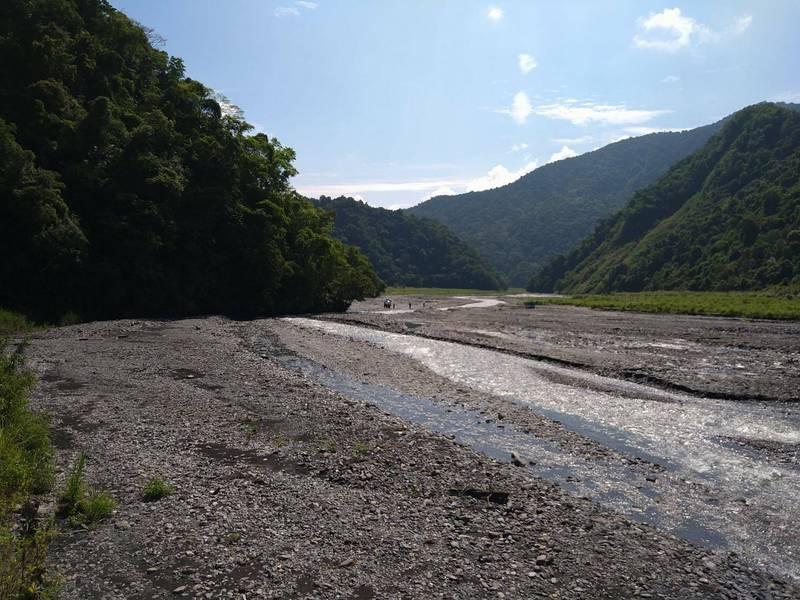 大同鄉石門溪上游溪床平坦開闊,被玩家列為野營私房景點。(圖由讀者提供)