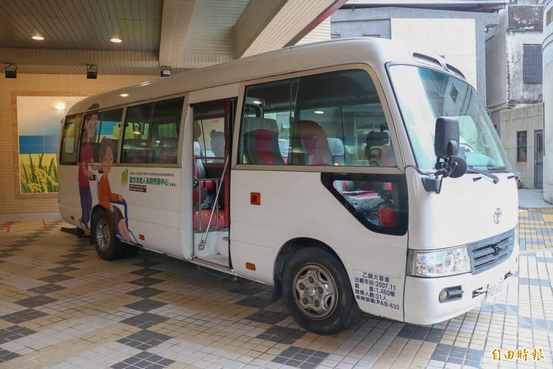 達文西幼兒園捐贈一台中型巴士,方便頭城聖方濟長照中心接送長輩。(記者蔡昀容攝)