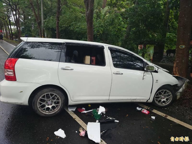白色自小客車疑因天雨路滑自撞路樹,4傷1無生命跡象搶救中。(記者陳賢義攝)