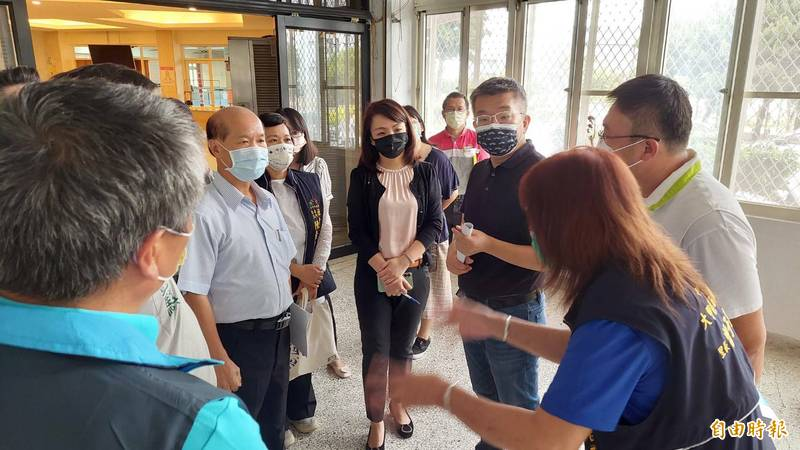 立法院副院長蔡其昌(右3)會勘幼獅工業區設置非營利幼兒園。(記者張軒哲攝)