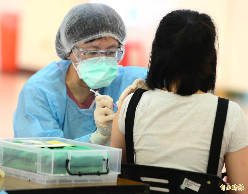 中央流行疫情指揮中心宣布,第11期疫苗接種增加44歲以上民眾預約接種,名額約11.2萬人。打疫苗示意圖。(資料照)