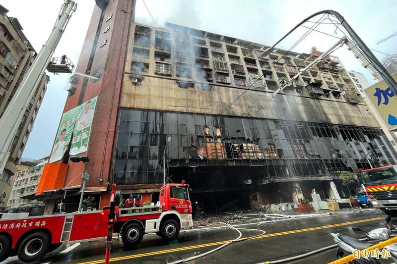 高雄鹽埕城中城社區今晨大火,消防局出動72車145人前往搶救。(記者黃良傑攝)