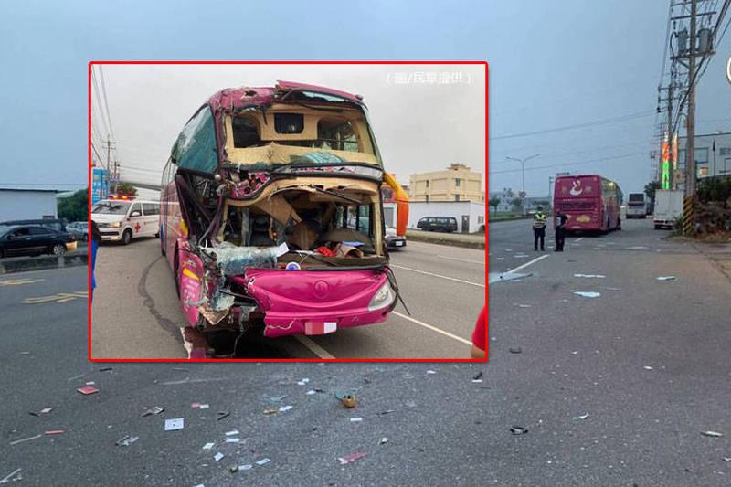 載著明道中學學生的遊覽車車頭凹陷、擋風玻璃破碎。(民眾提供,本報合成)