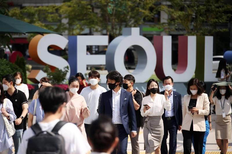 南韓13日新增1940例武肺確診,已連續6天低於2千例,當局明將公布現行防疫響應級別的調整方案。(路透資料照)