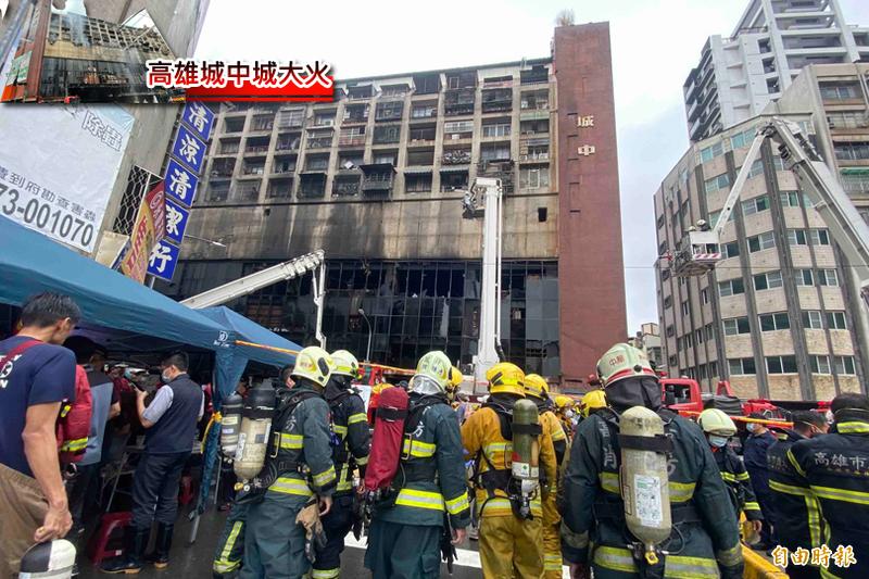 高雄鹽埕城中城社區今晨大火,消防局出動72車145人前往搶救。(記者黃旭磊攝)
