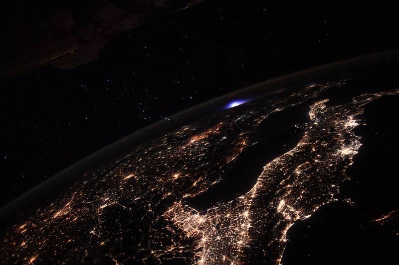 法國籍太空人佩斯凱在社群平台貼出美麗照片,當國際太空站經過歐洲上空時,意外捕捉到大氣層中罕見出現的「藍色噴流」。(圖取自歐洲太空總署ESA)
