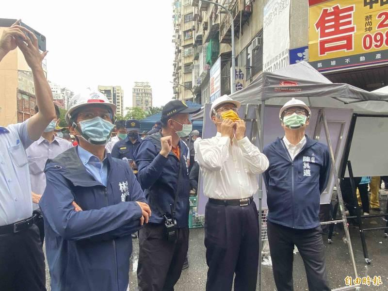 內政部長徐國勇趕往高雄協助居民安置與善後。(記者黃旭磊攝)