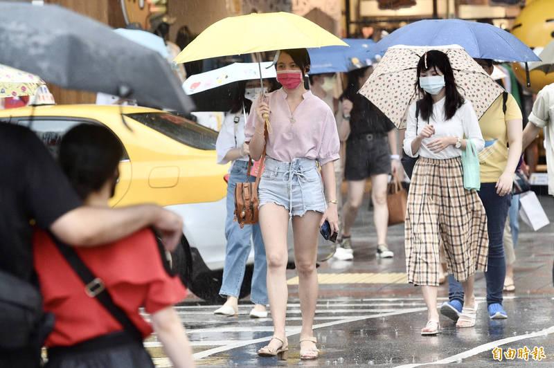 氣象局表示,今天下午開始降雨的空檔會慢慢出現且雨勢漸漸趨緩。(資料照)