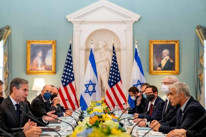 美國務卿布林肯(左)與以色列外長拉皮德(右)商討伊朗核協議等議題。(路透)