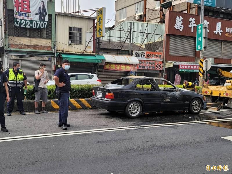 [新聞] BMW老車屏東市區火燒車 駕駛人急滅火