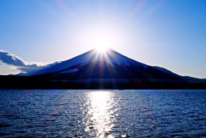 只有現在看得到!富士山出現「鑽石光」耀眼美景帶來新年好運