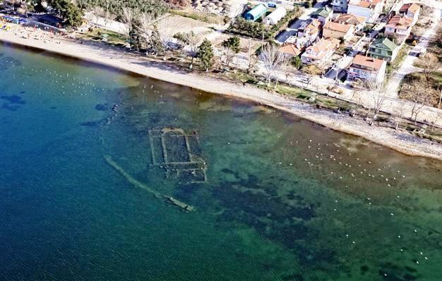 疫情封城使湖水變清澈!土耳其1600年「教堂古蹟」奇景竟清晰浮現