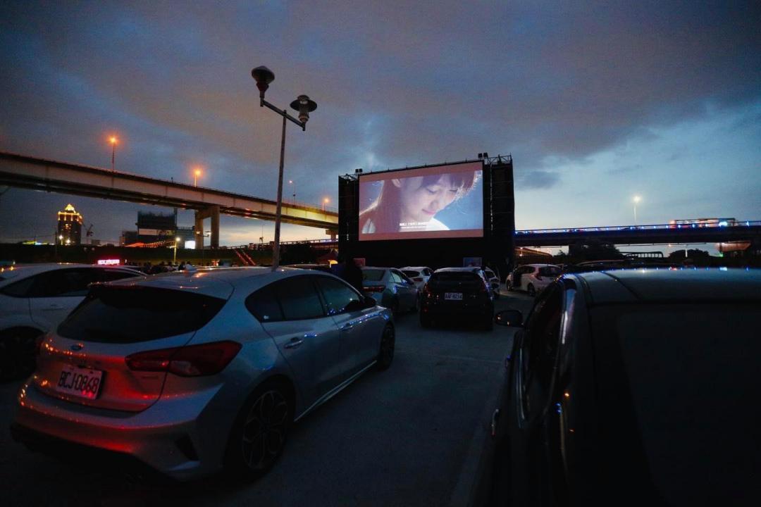 桃園新光影城限時打造「露天汽車電影院」!大啖起司漢堡、點點心港式餐盒