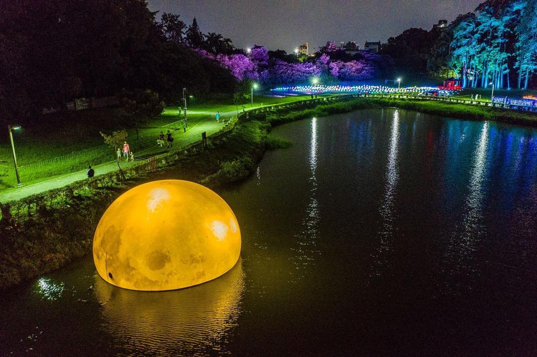 「全台最大水上月亮」在嘉義!絕美戶外光影展成中秋最浪漫景點