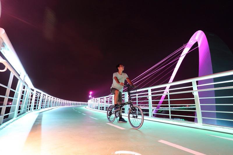 全台最美單車路線!嘉義「彩虹自行車道」夢幻夜景實拍現場