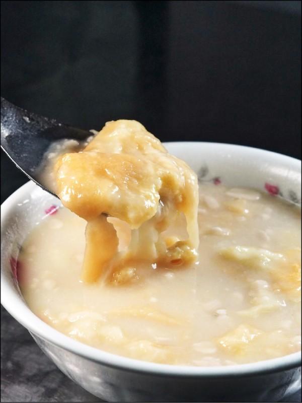 這一碗台式甜湯不簡單!磨 3 天的杏仁豆腐、「甜版酥皮濃湯」老饕才懂吃