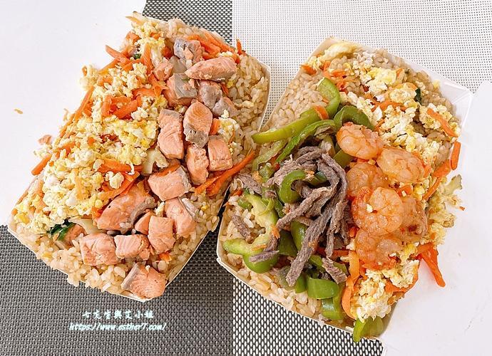 「萬華滿料炒飯」鮭魚肉塊、蝦仁牛肉堆成山!吃一份80元直接抵兩餐