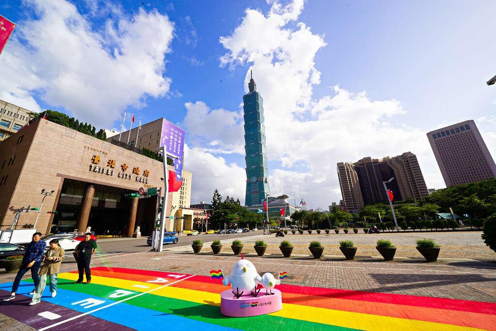 台北市府首次上演「彩虹光影秀」!同志大遊行必拍彩色景點與101同框