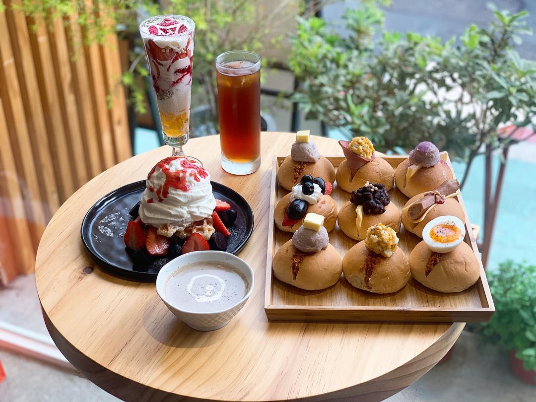 甜點控必追永康商圈新美食!「金雞母Café」7層草莓杯、可頌鬆餅超誘人