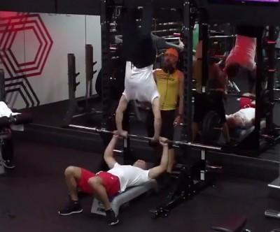 健身》太突然了!馬戲團特技秀健身房上演