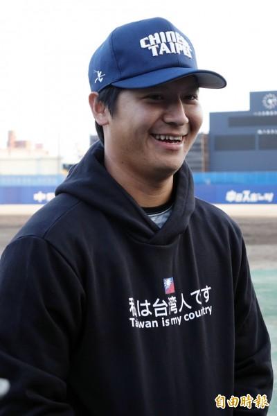 台日對抗賽》身披「我是台灣人」帽T 陳禹勳抵日狀況佳