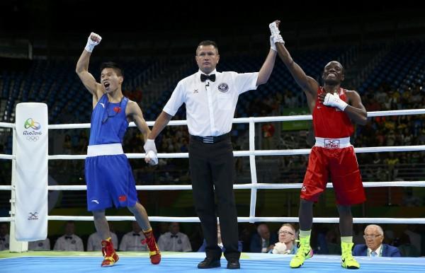 奧運》中國拳擊手以為獲勝在台上歡呼 下一秒卻悲劇了...