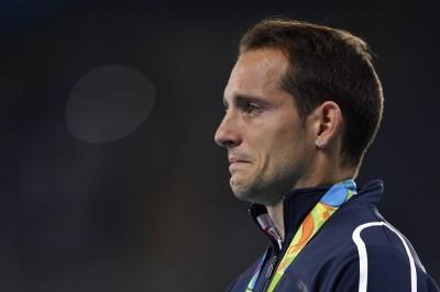 奧運》巴西粉絲沒品狂噓 法國撐竿跳名將頒獎台黯然掉淚
