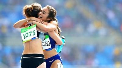 跑者被絆倒先扶對手 奧運奉上決賽門票