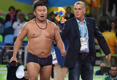 奧運》銅牌被裁判作掉 蒙古教練脫光光抗議