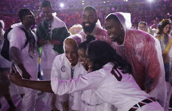 奧運》魅力無法擋!各國選手爭相和她合照 導致閉幕式延誤