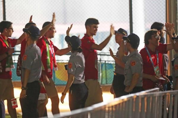 世大運開幕式完成 選手離場和員警擊掌說「謝謝你們」