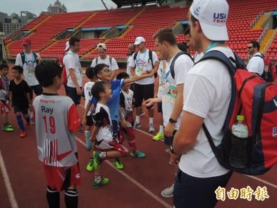 好興奮!美國男子足球隊與竹縣中小學聯隊交流