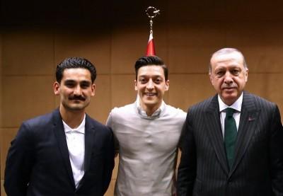 足球》和土國總統合照遭德國人罵翻 厄齊爾發沉重聲明