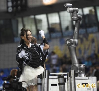 台日交流賽》桃園球場看台有跳舞機器人