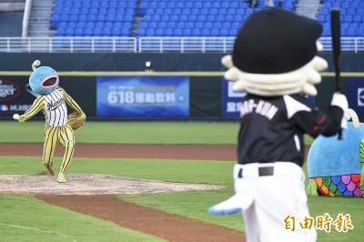 台日交流賽》第2次在桃園開球 「謎之魚」這次大暴投